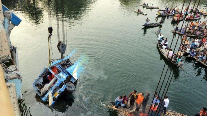 Tragedie în India: Cel puţin 36 DE MORŢI după ce un autobuz a căzut de la 30 de metri într-un râu