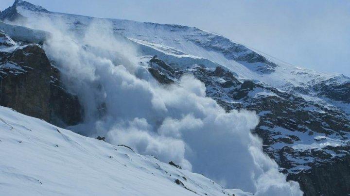 Mii de turişti, blocaţi în mai multe staţiuni de schi din Alpii elveţieni. Zăpada ajunge şi până la trei metri