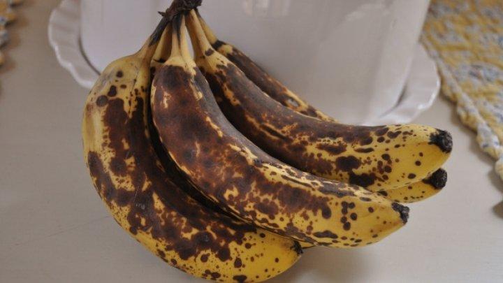 Este bine să știi! Ce păţeşti dacă mănânci banane cu coaja NEAGRĂ