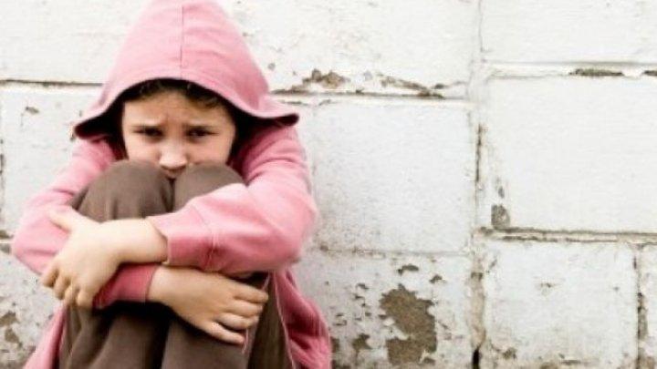 CRUZIME FĂRĂ MARGINI! O mamă şi-a ținut copiii închiși într-o cameră și i-a înfometat până unul dintre ei a murit