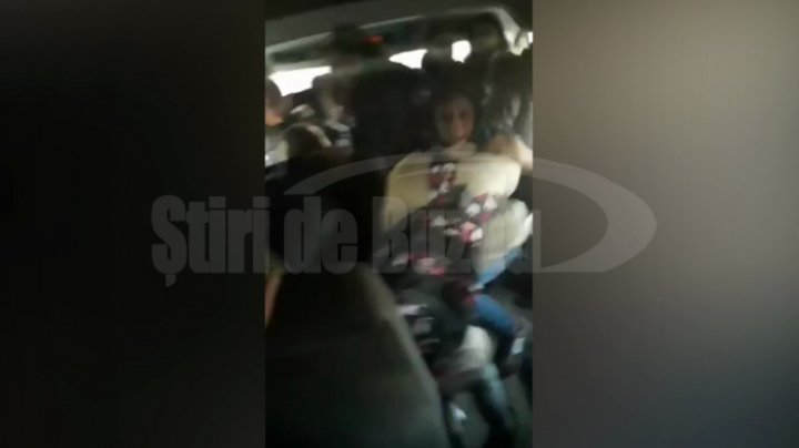IMAGINI REVOLTĂTOARE! Un elev şi-a bătut o colegă în microbuzul şcolar. REACŢIA şoferului