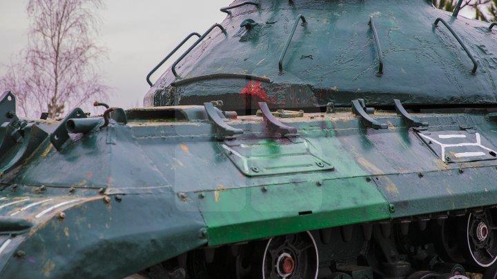 Tancul instalat în calitate de monument al Armatei Sovietice din Cornești a fost vandalizat (FOTOREPORT)