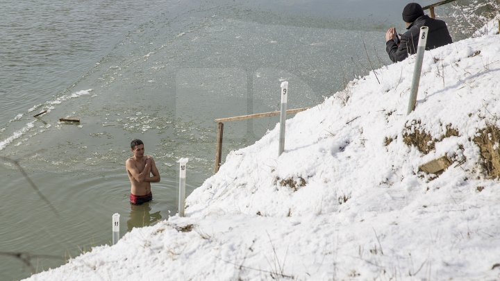 Păstrători ai tradiţiei! De Bobotează, poliţiştii de frontieră s-au scăldat în apa rece ca gheața a Prutului (VIDEO)