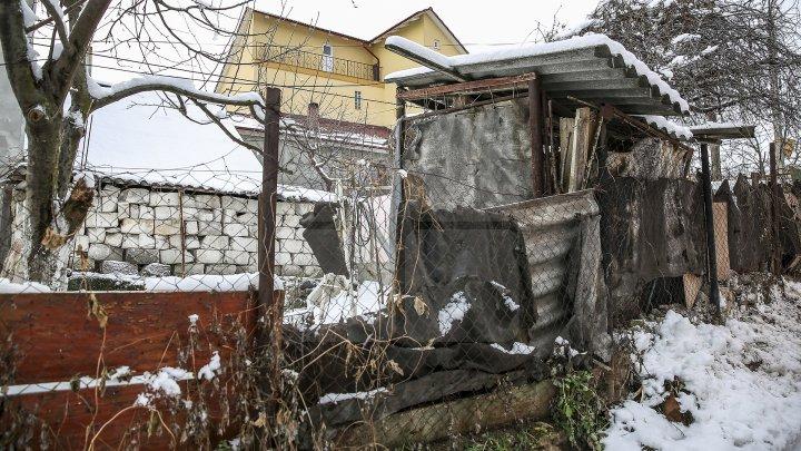 Trăiesc ca în Evul Mediu. Mai multe gospodării de pe strada Lev Tolstoi din Capitală nu sunt conectate la sistemul de canalizare