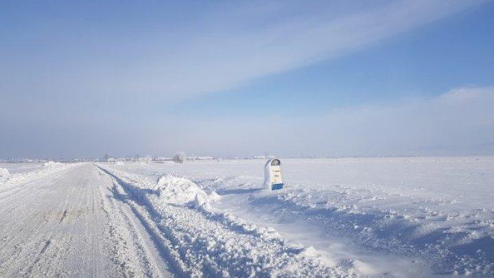 Drumul pe care nu-l deszăpezeşte nimeni, niciodată. Zăpada bătătorită și înghețată dispare doar primăvara (FOTO)