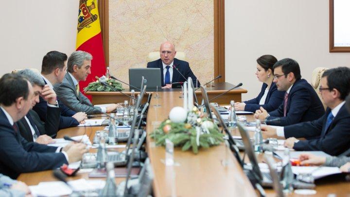 Guvernul a aprobat Regulamentul privind programul de învăţământ dual