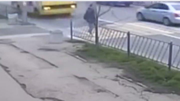 IMAGINI DE GROAZĂ! Un bărbat, lovit VIOLENT pe o trecere de pietoni de un autobuz (VIDEO)
