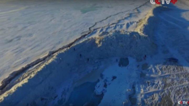 Un uriaș zid de gheață a apărut ca prin minune la frontiera dintre Rusia și China (VIDEO)