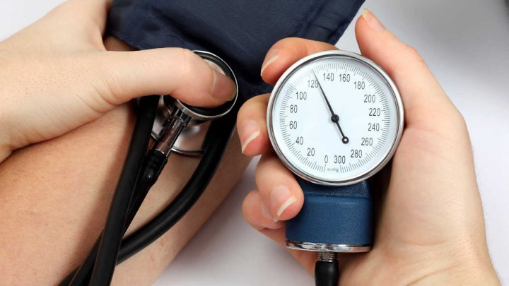 Ai probleme cu tensiunea arterială? Vezi ce alimente trebuie să consumi pentru a o ţine sub control