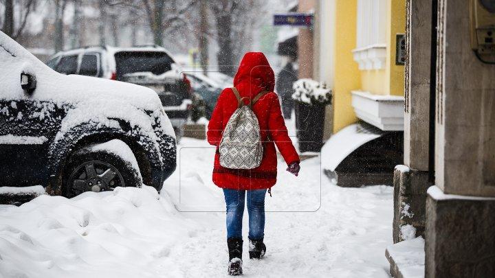 NINGE PUTERNIC în Moldova: 47 de şcoli şi 10 grădiniţe din ţară şi-au sistat activitatea