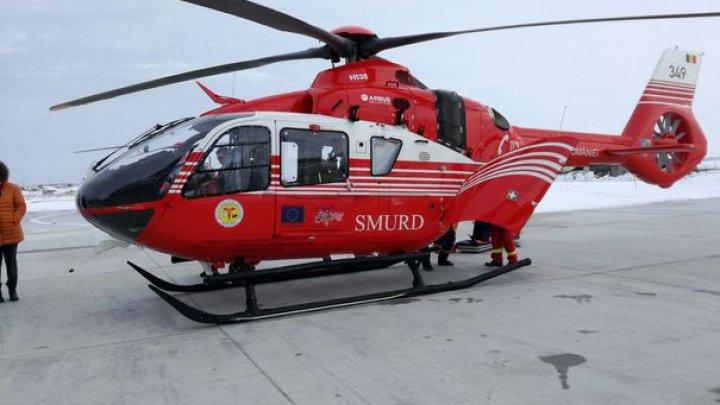 Un elicopter SMURD, trimis să preia o gravidă după ce ambulanţa în care era a rămas blocată în nămeţi
