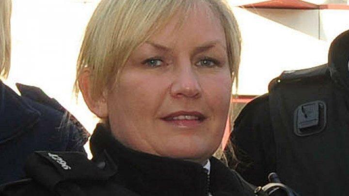 O polițistă eroină din Marea Britanie a fost concediată după ce a postat remarci rasiste