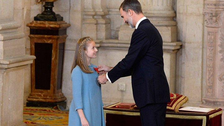 Încoronată la 13 ani. Regele Felipe al Spaniei şi-a decorat fiica de ziua lui (VIDEO)