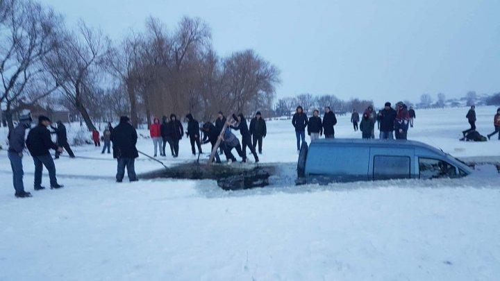 IMAGINI INCREDIBILE la Sângerei! O maşină a căzut sub gheaţa unui lac