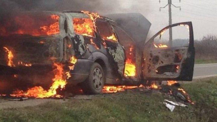 GROAZNIC! Maşina lor a luat foc din mers. Pasagerii au scăpat cu viaţă ca prin minune