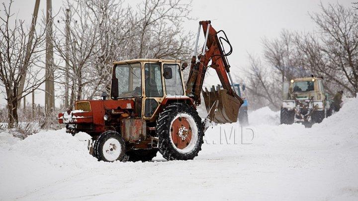 Business moldovenesc în mijlocul iernii. Un antreprenor din Chişinău a învăţat cum să profite de zăpadă şi oferă servicii de deszăpezire contra plată