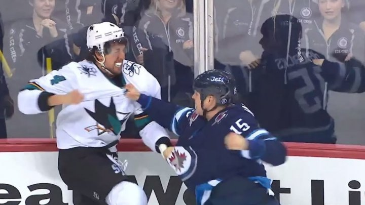 Matt Hendricks de la Winnipeg Jets şi Brendon Dillon de la Sharks și-au împărţit pumni şi picioare