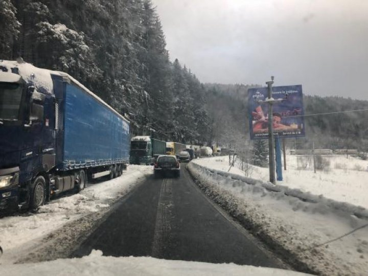 Iarnă grea în Romania. Zeci de mii de oameni au rămas fără energie electrică. Mai multe drumuri închise
