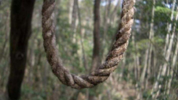 CUTREMURĂTOR! Un tânăr de 18 ani s-a spânzurat într-o pădure din judeţul Iaşi