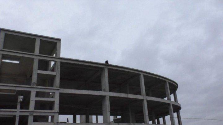 Panică la Orhei. Un tânăr a ameninţat că se aruncă de pe o clădire nefinisată (FOTO)