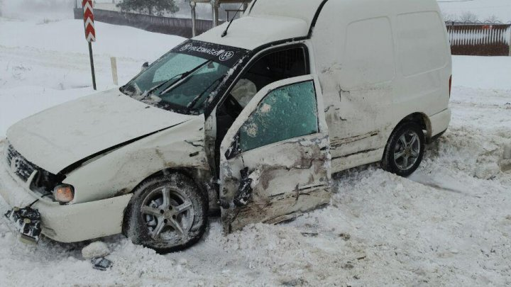 Accident violent la Peresecina. O persoană, rănită (FOTO)