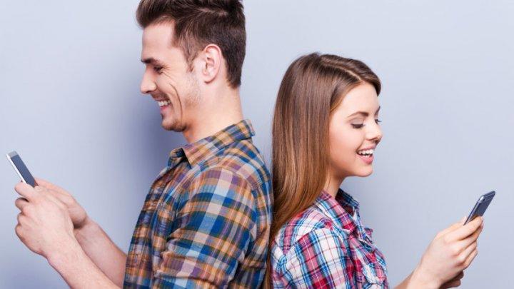 """Ce este """"micro-înşelatul"""" în era rețelelor de socializare şi cum ne afectează relaţiile"""
