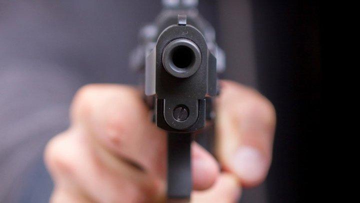 CLIPE DE COŞMAR. Un copil de 12 ani a încercat să-și împuște învățătoarea