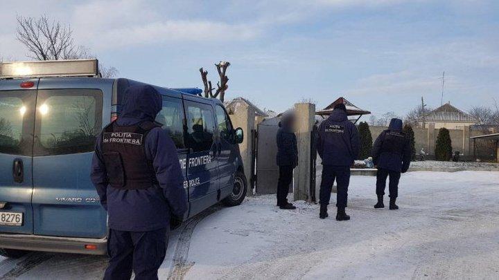 PERCHEZIŢII în nordul ţării. Ce au găsit poliţiştii de frontieră acasă la trei moldoveni (VIDEO)