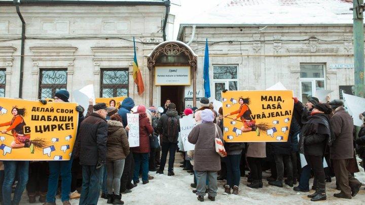 Protest la sediul PAS. Peste 400 de oameni și susținători ai Partidului ȘOR au organizat un flash-mob fiind nemulțumiți de activitatea Maiei Sandu