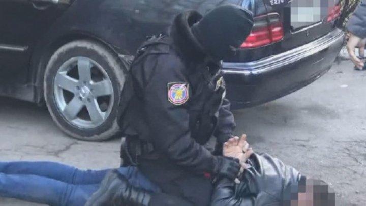 Un bărbat din Capitală, reţinut pentru comercializarea drogurilor sintetice. MOMENTUL în care a fost pus la pâmânt de mascaţi (VIDEO)