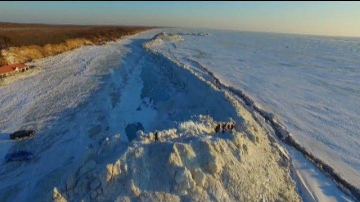 Zidul imens de gheață de la granița dintre China şi Rusia continuă să crească pe Lacul Chanka (VIDEO)