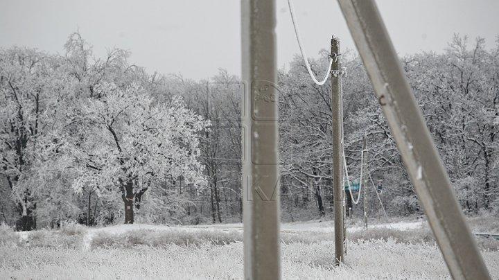 INTERVENŢIILE CONTINUĂ. Încă 11 localități din trei raioane stau în continuare FĂRĂ LUMINĂ din cauza ninsorilor care au căzut peste Moldova