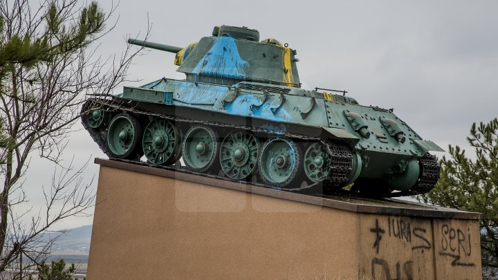 Monumentul de la complexul memorial din satul Nemţeni, VANDALIZAT. Au apărut inscripţii şi a fost vopsit în culorile tricolorului (FOTOREPORT)