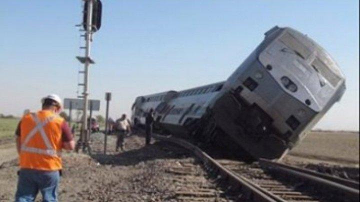 ACCIDENT FEROVIAR ÎN AMERICA. Un tren care transporta politicieni s-a izbit cu o camionetă de gunoi. Mai multe victime