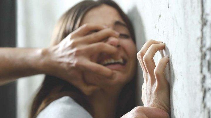 Un bărbat a încercat să violeze o femeie în plină stradă, sub ochii trecătorilor (IMAGINI CU PUTERNIC IMPACT EMOŢIONAL)