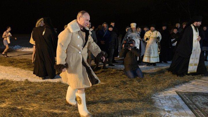 VIRAL PE INTERNET. Vladimir Putin s-a scufundat în apa îngheţată a lacului Seliger de Bobotează (FOTO/VIDEO)
