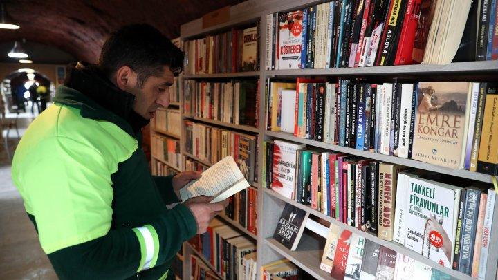 Angajații serviciului de salubritate din Ankara au deschis o bibliotecă din cărțile pe care le-au salvat dintre gunoaie