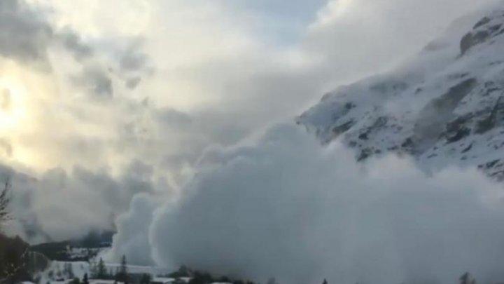 Doi turişti au fost prinşi de o avalanşă în Munţii Făgăraş