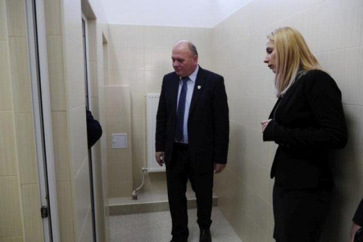 Toaletele dintr-o şcoală din Piatra Neamţ, inaugurate cu mare FAST! Primarul a tăiat panglica