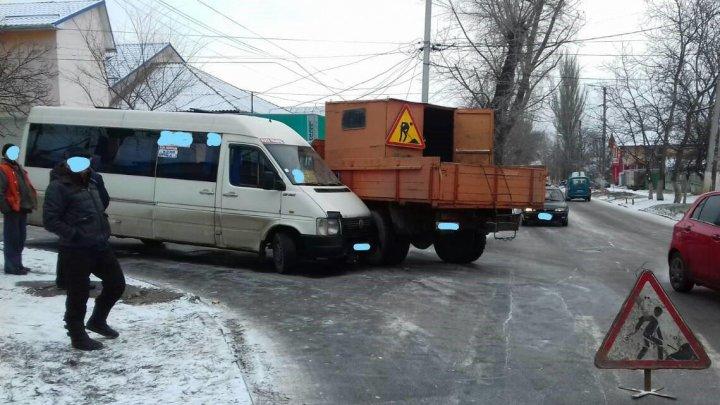 SITUAŢIE CRITICĂ în Capitală. Un centimetru de zăpadă a cauzat 45 de accidente de circulaţie (FOTO)