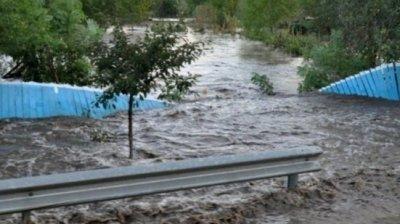 Alunecări de teren masive în România. Mai multe case au fost afectate, iar pe drumuri s-au formate cratere