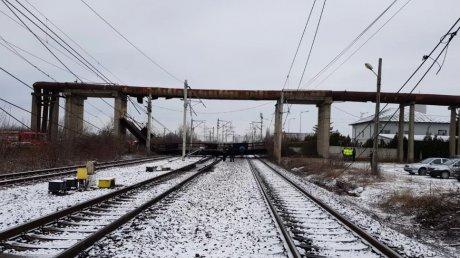 Trafic feroviar suspendat pe ruta Bucureşti-Braşov, după ce o pasarelă de câteva tone s-a prăbuşit peste calea ferată