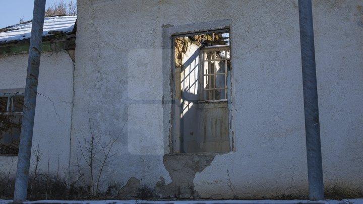 Conacul boierului Ștefan Gonat din satul Zberoaia se află într-o stare de degradare şi are nevoie urgent de reparaţii (FOTOREPORT)