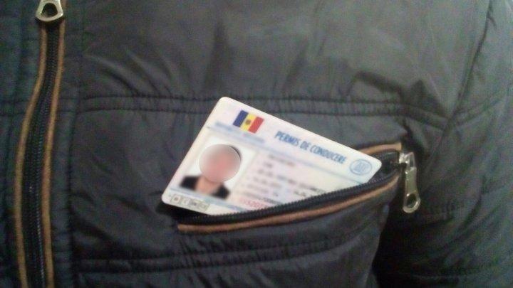 Și-au încercat norocul la frontieră. Patru moldoveni au fost prinși cu buletine românești false și permise de conducere contrafăcute