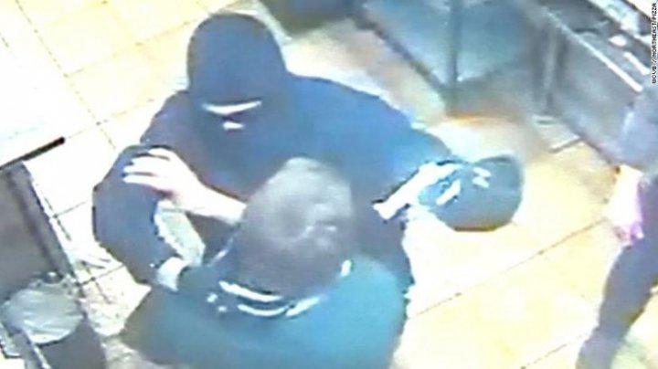 Angajaţii unei pizzerii au blocat un jaf armat. Au trăit şocul vieţii când au văzut cine era agresorul