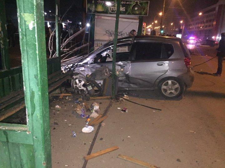 ACCIDENTE TERIBILE noaptea trecută în Capitală. Mai multe persoane au ajuns la spital (FOTO)
