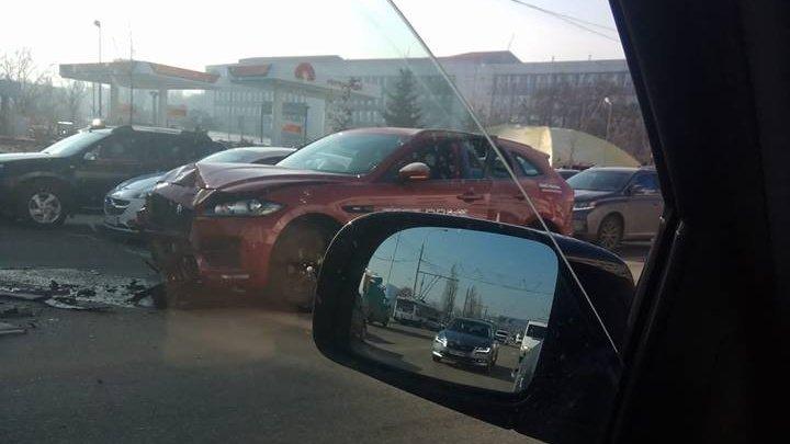 Accident de lux pe strada Mihai Viteazul. A luat o mașină la drive test și a făcut-o zob în câțiva metri (FOTO)