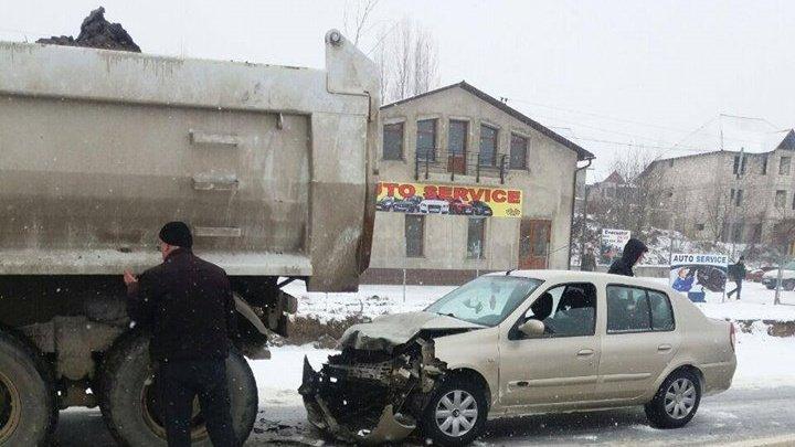Accident pe traseul Chişinău-Ungheni. O mașină a ajuns direct într-un camion pentru că nu a reușit să frâneze la timp