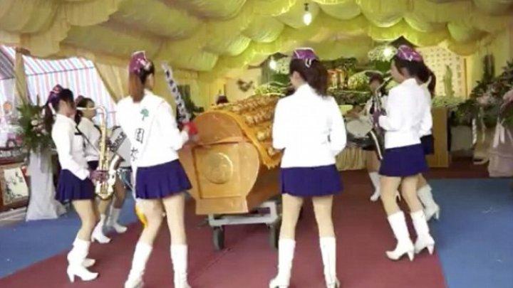 China interzice dansurile erotice la înmormântări, un fenomen înrădăcinat în zonele rurale izolate
