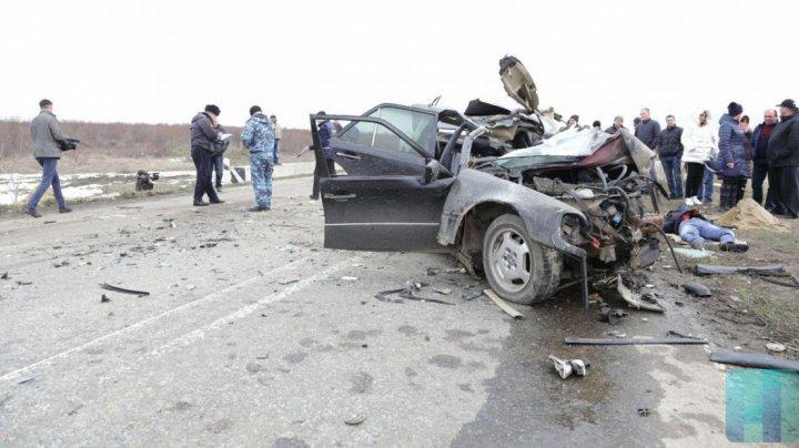 ACCIDENT TERIBIL în stânga Nistrului. Un automobil s-a ciocnit frontal cu un TIR. O persoană a murit (FOTO)